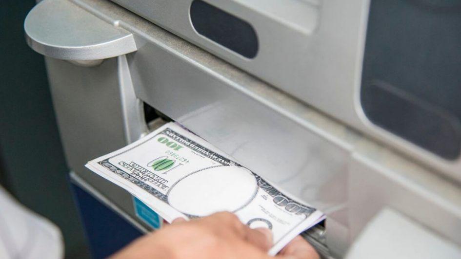 Bancos cobran hasta $ 620 por extraer dinero en cajeros del exterior