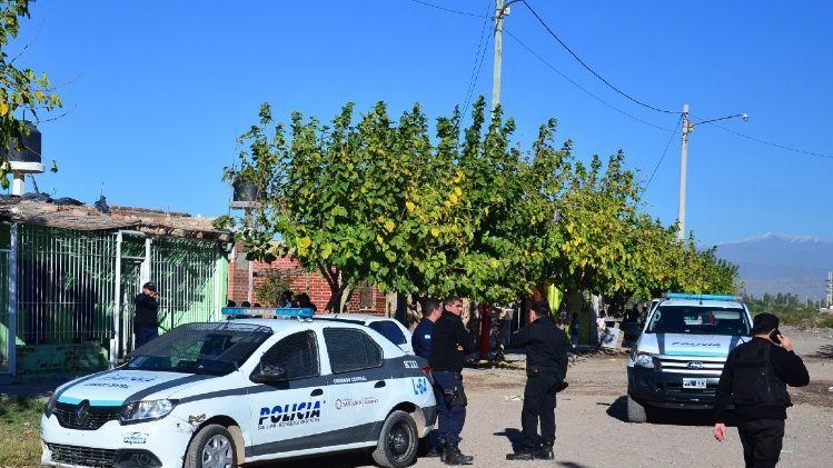Dos policías quisieron detener a un sospechoso pero los vecinos les tiraron agua hirviendo