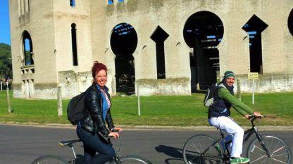 Pedaleando frente a la Plaza de Toros de Colonia.