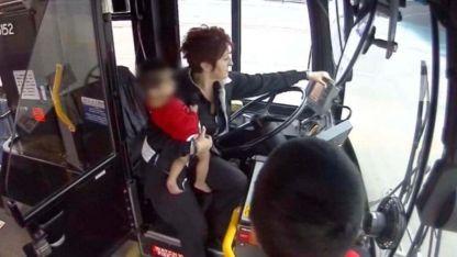 A salvo. La conductora junto a la bebé. .