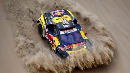 Está en carrera. Loeb festeja con su Peugeot tras la etapa.