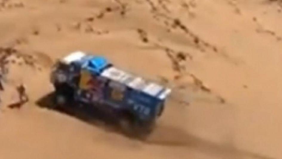 Atropelló a un espectador, no lo asistió y fue expulsado del Dakar