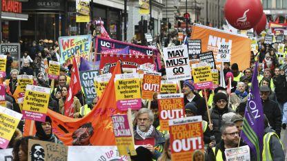 """Miles de personas marcharon ayer en Londres contra las """"políticas rupturistas""""."""