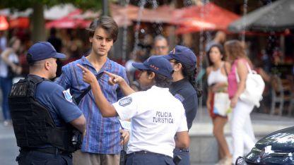 Asesoramiento. Cientos de visitantes se acercan a diario a los efectivos turísticos.