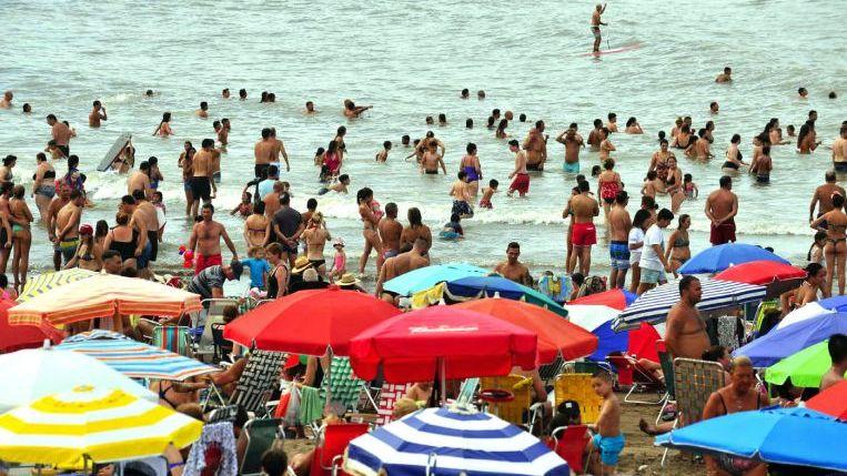 La Costa Atlántica atrae por el pago en pesos y las salidas