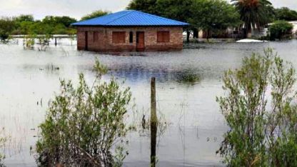En el norte santafesino hay varias localidades aisladas por los desbordes de agua.