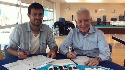 El presidente de la Acadé, Victor Blanco, y su flamante refuerzo Cvitanich. El contrato del goleador es por 18 meses.