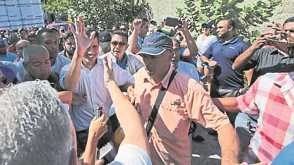 Liberado. Simpatizantes del líder opositor Juan Guaidó lo saludaba y abrazaban ayer en Vargas, tras su liberación.