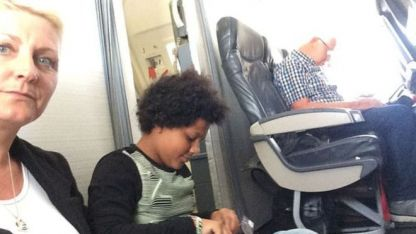 En el suelo del avión.
