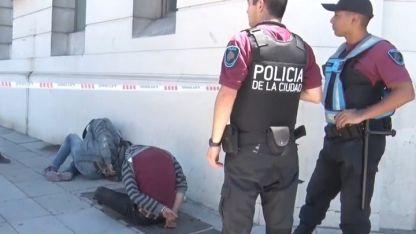 El personal se encontró con dos hombres tirados en la vereda que estaban siendo demorados por otros tres.
