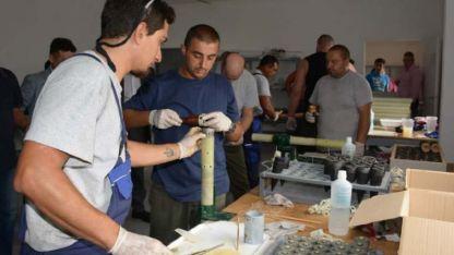 Producción. Un plantel de 30 personas comenzó a trabajar en la línea de ensamblaje de bengalas.