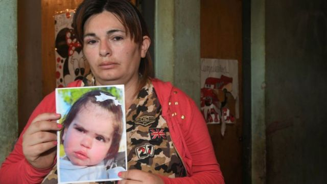 Tristeza. Lourdes Tejada (33) sostiene una foto de su pequeña hija, quien murió atropellada.