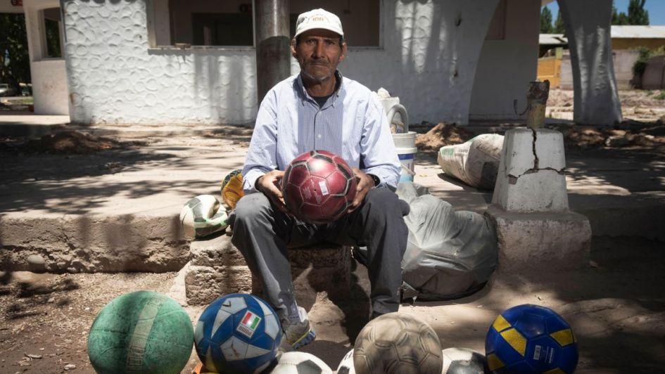 Cirujano de balones  el hombre que alarga la vida a las pelotas de fútbol 29f7299a21954