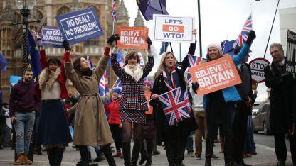 Cientos de manifestantes a favor y en contra del Brexit salieron a las calles mientras el Parlamento británico votaba.