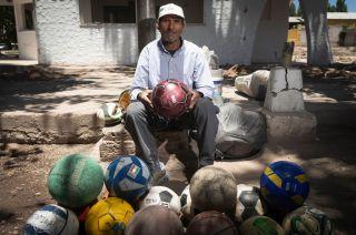 En su esquina. Desde hace más de dos décadas, Armando Feliciano Robles espera a sus clientes en este lugar de Carrodilla.