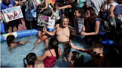 En el agua. De'Elia rodeado de otros manifestantes.