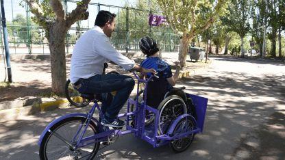 Estreno. El intendente Tadeo García Zalazar y un chico dando una vuelta en las bicis.