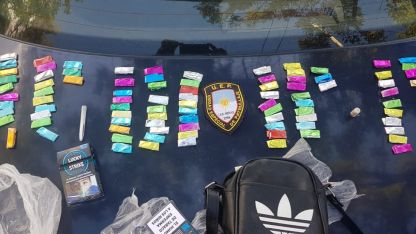Requisa. La droga hallada en el bolso de los aprehendidos.