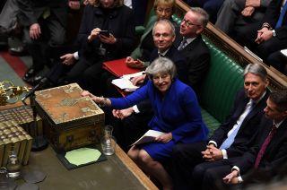 Tras la votación de ayer, Theresa May dialogará con la oposición para lograr un acuerdo sobre el Brexit.