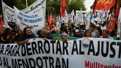 Nuevo reclamo, Banderas y protestas por las calles del Centro.