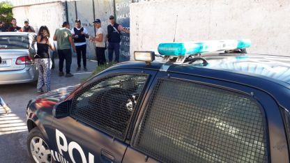Despliegue. La Policía e investigadores en la vivienda de Guaymallén.