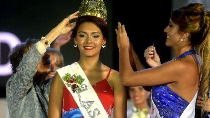 La flamante reina lasherina. Griselda Gualpa en el momento en que recibe la corona de parte de su predecesora, Julieta Cortez.