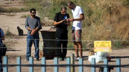 Testigo. Gil Pereg habla con un policía de Israel en el operativo.