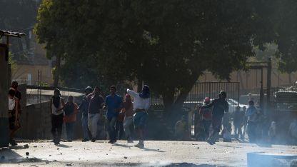 Encapuchados atacaron al ejército en Cotiza, un barrio pobre de Caracas.