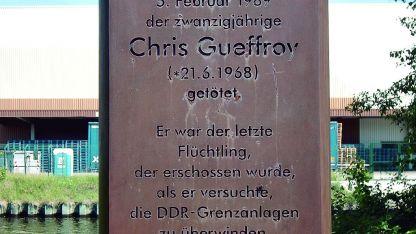Recuerdo. Un breve epitafio existe donde cayó muerto el joven Chris Gueffroy hace treinta años.