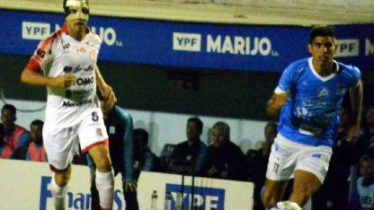 Franco Dolci, que jugó con una máscara protectora, no puede generar un avance del Globo.