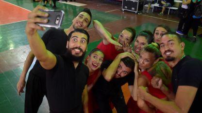 Expectantes. Los bailarines folclóricos se juntaron por primera vez en el estadio Pacífico para comenzar a practicar sus rutinas de danzas