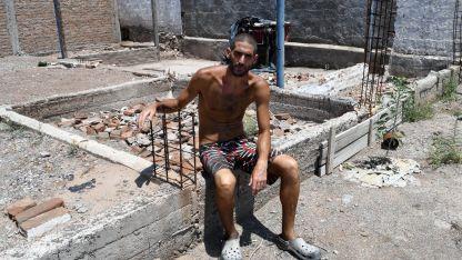 Gilad posó a metros de donde encontraron los cuerpos.