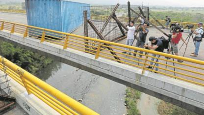 Mediante la colocación de containers sobre el puente, militares venezolanos impidieron la llegada de provisiones.