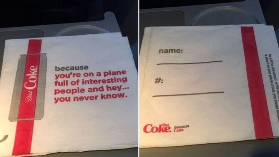 Las polémicas servilletas de una aerolínea que generó repudio en los pasajeros