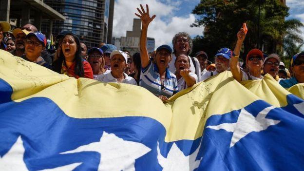 Guaidó gana en lo internacional  y Maduro en lo militar - Por Rosendo Fraga