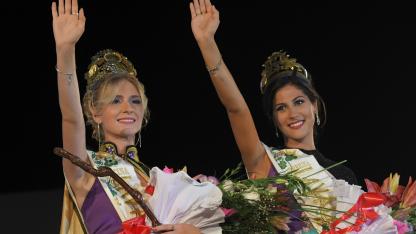 Luz y Evelyn, reina y virreina, saludan al público tras la finalización del festejo.  ORLANDO