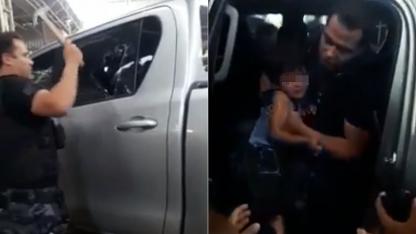 Dos momentos. Un policía con un martillo rompe el vidrio y después logran rescatar al pequeño.