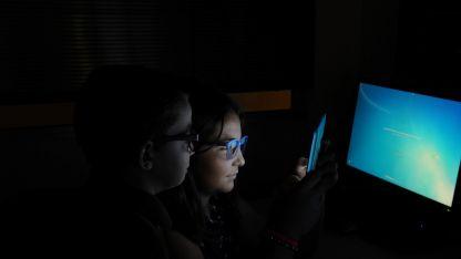 Un estudio internacional revela que un adolescente promedio pasa más de 6 horas y media por día frente a una pantalla