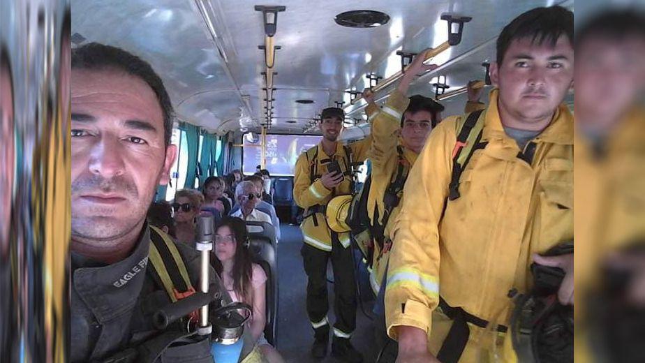 Insólito: el camión se quedó sin nafta y bomberos fueron a apagar un incendio en micro