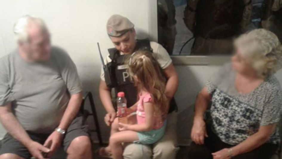 Rescataron a una niña de tres años abandonada en un auto robado en un barrio porteño