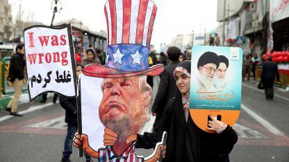 Una manifestante iraní con un mensaje adverso al presidente de los Estados Unidos.