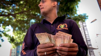 Es complejo cambiar dólares por bolívares en Venezuela.