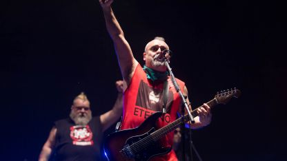 La música de los españoles Ska-p vino acompaña de críticas alusiones políticas.