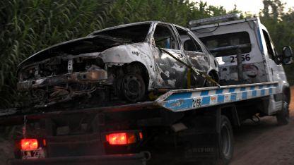El auto en que fue hallado el cuerpo quedó prácticamente destruido por acción de las llamas.