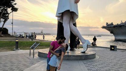Abrazo marinero. Shardul Bhakta nació en la India y conoció a Laura Guiñazú en Estados Unidos.