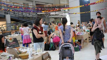 De feria. Diversos productos, elaborados por mendocinos, son parte de los stands de este mercado.