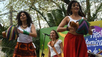 A alegria não tem fim. Danzas, música y fiesta en la plaza Biritos. Un clásico de la comunidad