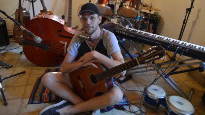 """Un disco más luminoso y unplugged.  Así define a """"Carbón"""", el álbum que Efraín grabó con un grupo estable de músicos. Planean viajar."""