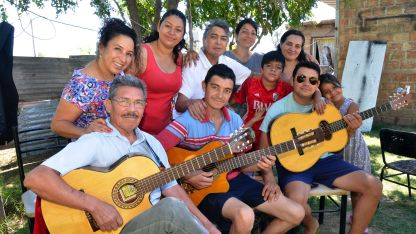 Reunión familiar y musical. Gran parte de los integrantes de la familia Pérez, reunidos en la casa de Nicolás.
