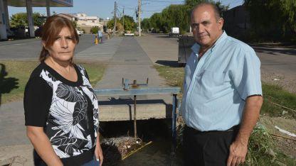 La víctima y su salvador. Lourdes Alanís y Samuel Dijulio, en el lugar donde en 1989 la vida de los dos se unió por un accidente.
